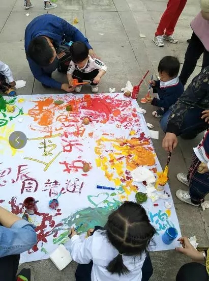 奉节这家幼儿园竟然带着一群孩子聚集在朱衣公园做这事